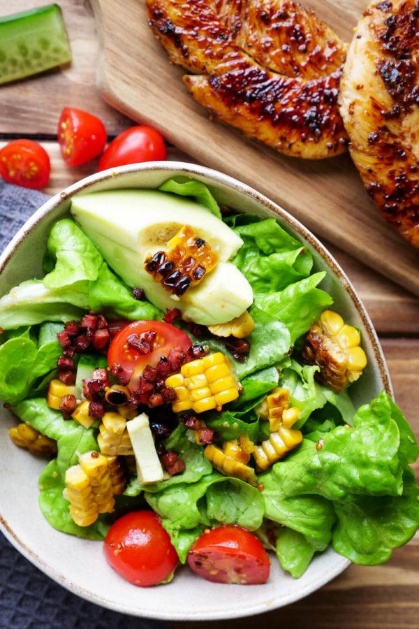 Salat mit Speck, Mais, Tomaten und Hähnchenbrustfilets