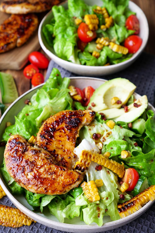 Gesunder Salat mit Hähnchen, Mais, Avocado und schnellem Honig-Senf-Dressing - ein gesundes Feierabendrezept