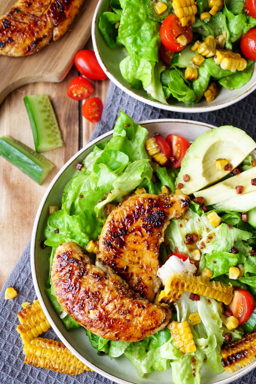 Schneller Salat mit Hähnchen, Avocado, Mais, Tomaten, Gurken, Speck und Honig-Senf-Dressing