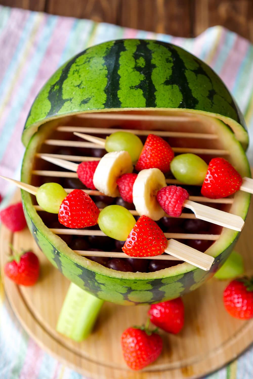 Fruchtiger Wassermelonen-Grill mit Obstspießen - eine schnelle DIY Idee für das Grillen mit Kindern