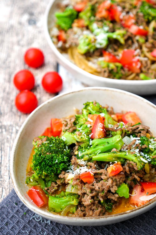 Nudeln mit Hackfleisch, Brokkoli und Tomaten in leichter Tomaten-Sahne-Sauce - ein schnelles Feierabendessen