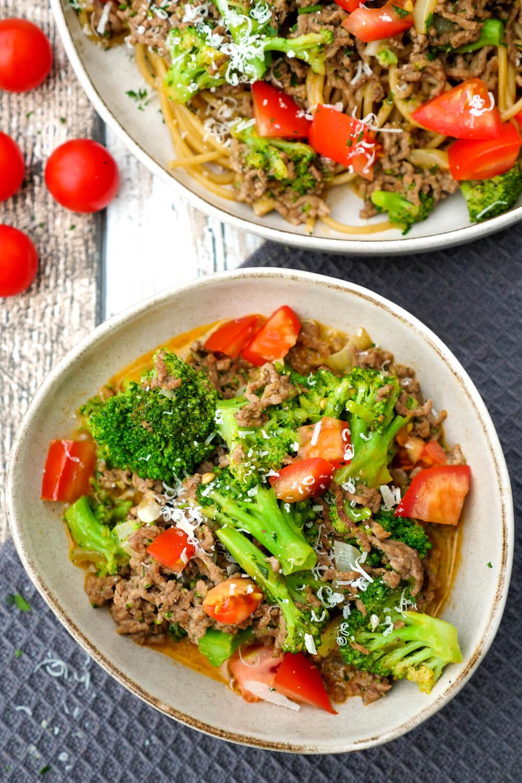 Vollkornnudeln mit Hackfleisch, Brokkoli, Tomaten und Parmesan - ein beliebtes Kinderrezept, das Groß und Klein schmeckt