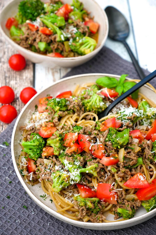 Schnelle Hackfleisch-Brokkoli-Pfanne mit Vollkornnudeln und Parmesan - ein einfaches Mittagessen für die Familie