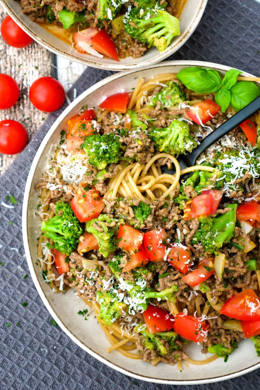 Spaghetti mit Hackfleisch, Brokkoli und Tomaten auf dem tiefen Teller