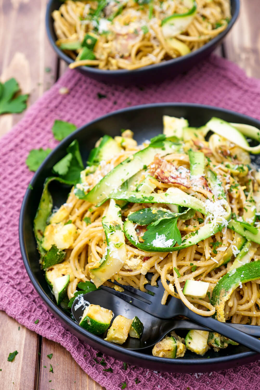 Klassische Carbonara mit Zucchini, Speck und Ei - ein schnelles Feierabendrezept