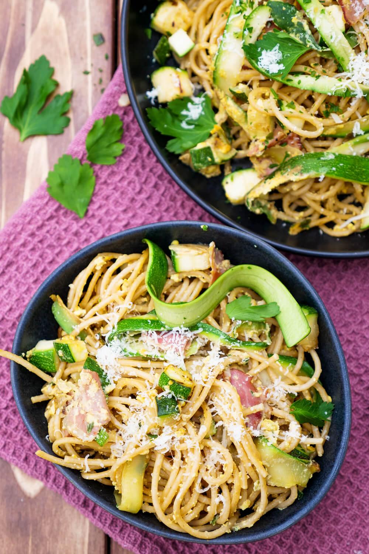 Einfache Spaghetti Carbonara mit Speck, Zucchini und Parmesan - schnelle Feierabendrezepte