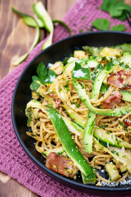 Schnelle Spaghetti Carbonara mit Zucchini, Schinkenspeck und Parmesan - ein schnelles Mittagessen für die ganze Familie