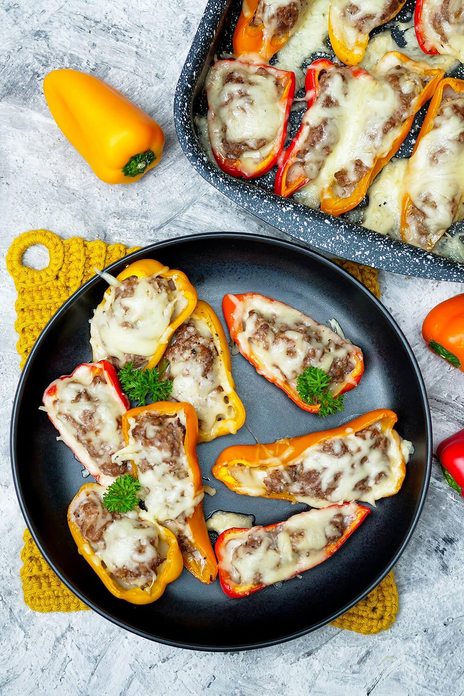 Gefüllte Paprika im Cheeseburger-Style mit Hackfleisch, Ketchup, Senf und viel Käse - ein schneller Low Carb Snack