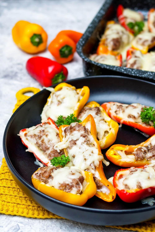 Gefüllte Cheeseburger-Paprika mit Hackfleisch und Gratinkäse - ein schneller Low Carb Hit für die ganze Familie