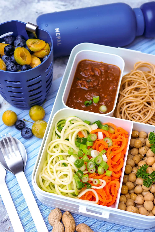 Vegetarischer Erdnuss-Nudelsalat mit Gemüsenudeln und Kichererbsen und meine liebste Bento Lunchbox mit Fächern