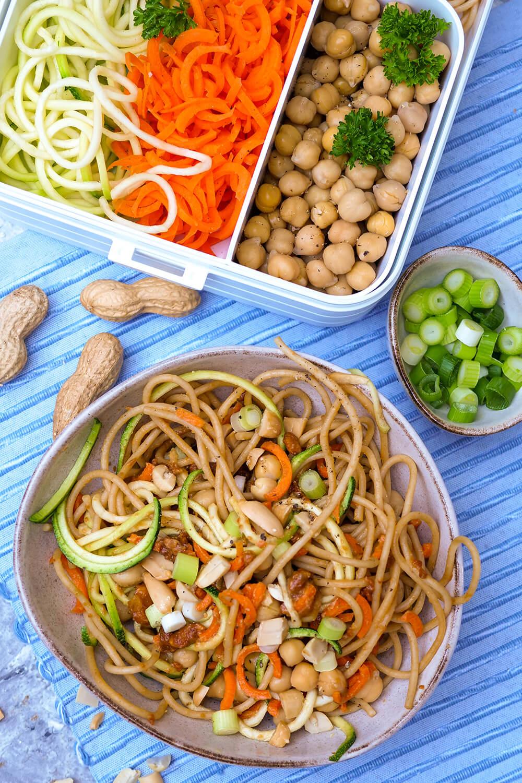 Nudel-Bowl mit Zucchini, Möhren, Kichererbsen und cremigem Erdnussdressing