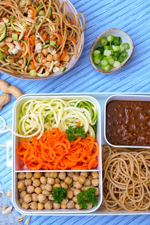 Vegetarische Erdnuss-Nudel-Bowl mit Kichererbsen - der asiatische Nudelsalat für deine Mittagspause im Büro