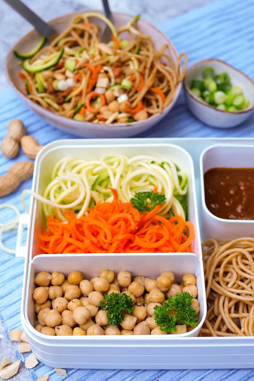 Erdnuss-Nudel-Bowl mit Spaghetti, Gemüsenudeln, Kichererbsen und Erdnussdressing - ein asiatisches Nudelrezept für deine Mittagspause im Büro - Meal Prep