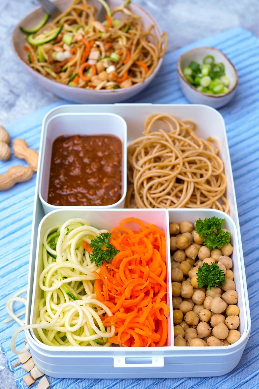 Schnelle vegetarische Bowl mit Spaghetti, Gemüsenudeln, Kichererbsen und asiatischem Erdnuss-Soja-Dressing - perfekt für deine Bento Lunchbox im Büro