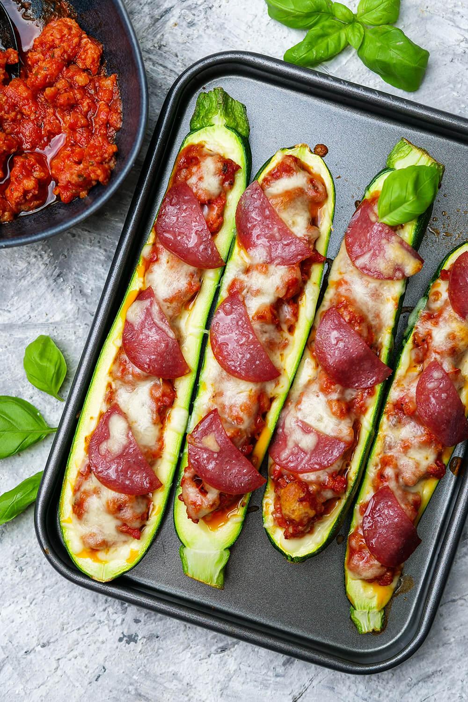 Low Carb gefüllte Zucchini im Pizza-Style - mit Salsiccia, Salami, Tomatensauce und Pizzakäse - ein schnelles Mittagessen für die ganze Familie