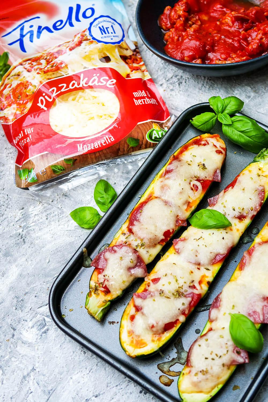 Gefüllte Pizza-Zucchini mit Salsiccia, Tomatensauce und Pizzakäse von Finello - ein ganz flottes Low Carb Rezept