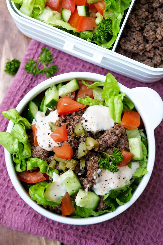 Schneller Big Mac Salat mit Hackfleisch - ein einfaches Low Carb Rezept für deine Mittagspause