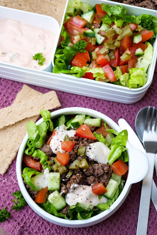 Der einfachste Low Carb Big Mac Salat mit Hackfleisch, knackigem Salat und genialem Big Mac Dressing für deine Mittagspause