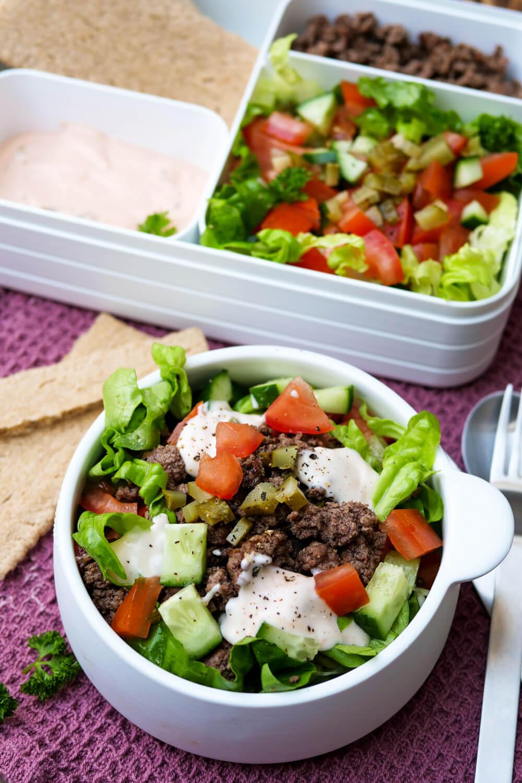 Der beste Low Carb Big Mac Salat aller Zeiten - mit dem besten Big Mac Dressing und knackigem Salat - Lunchbox Rezept