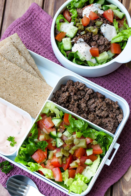 Low Carb Big Mac Salat für deine Mittagspause - ein schnelles Meal Prep Rezept mit unfassbar leckerem Big Mac Dressing und würzigem Hackfleisch