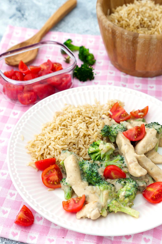 Schneller Reis mit Brokkoli, Tomaten, Hähnchen und cremiger Parmesansauce - Abendessen Rezept