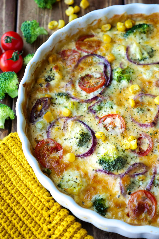 Gesunde Gemüsequiche mit Brokkoli, Mais, Tomaten und Erbsen - ein gesundes Familiengericht für das Abendessen