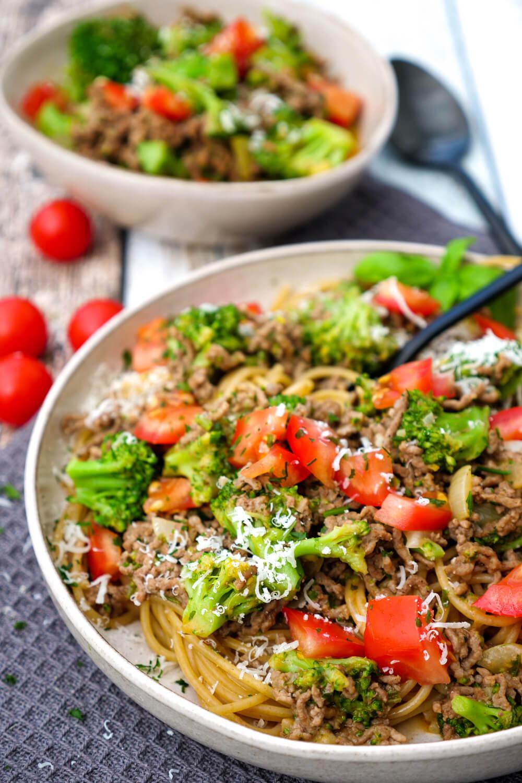 Schnelles Feierabendrezept - Hackfleisch-Nudeln mit Brokkoli und Tomaten