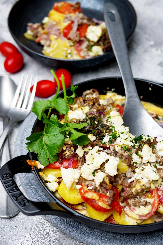 Kartoffelauflauf mit Hackfleisch, Tomaten, Feta und Sahnesoße in einer kleinen Staub Pfanne