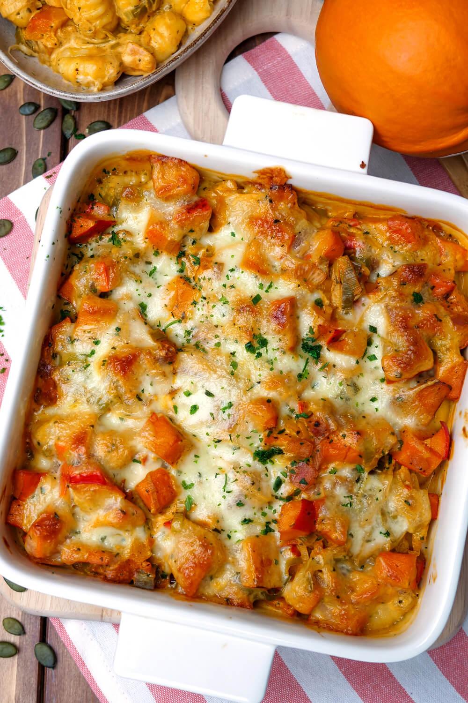 Kürbisauflauf mit Gnocchi, Lauch, Frischkäsesauce und Mozzarella - ein schnelles Ofenrezept für die Kürbissaison