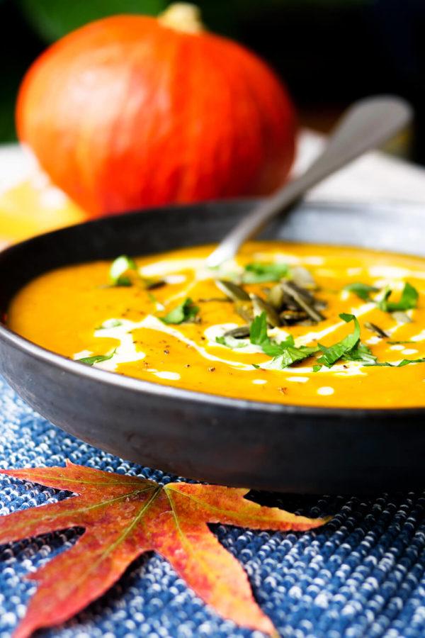 Ganz einfache Kürbissuppe mit Curry, Petersilie und Sahne