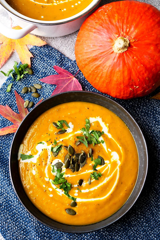 Kürbissuppe Rezept mit Curry, Sahne, Petersilie und Muskat