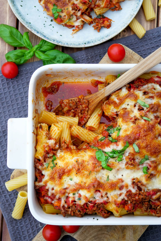 Nudelauflauf Bolognese mit Hackfleisch und Mozzarella überbacken in der Auflaufform