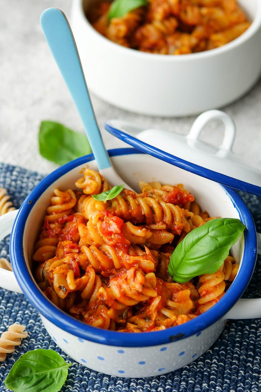 One Pot Nudeln mit Thunfisch und Tomatensauce - 5-Minuten-Rezept für Kinder
