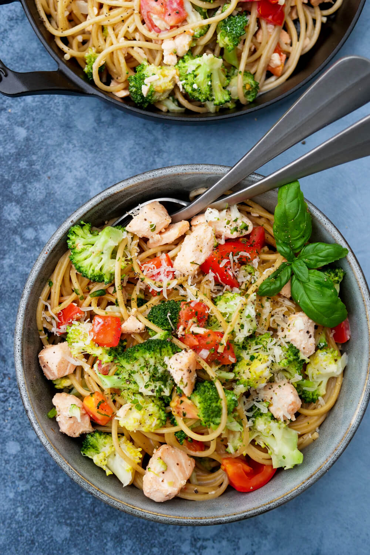Nudeln mit Lachs, Brokkoli und Sahnesauce