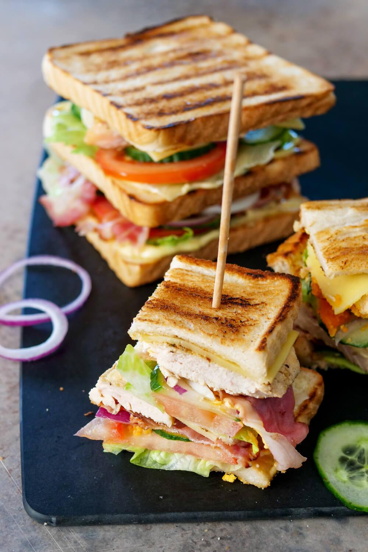 Einfaches Club Sandwich mit Pute, Speck und Ei - Fix auf dem Tisch