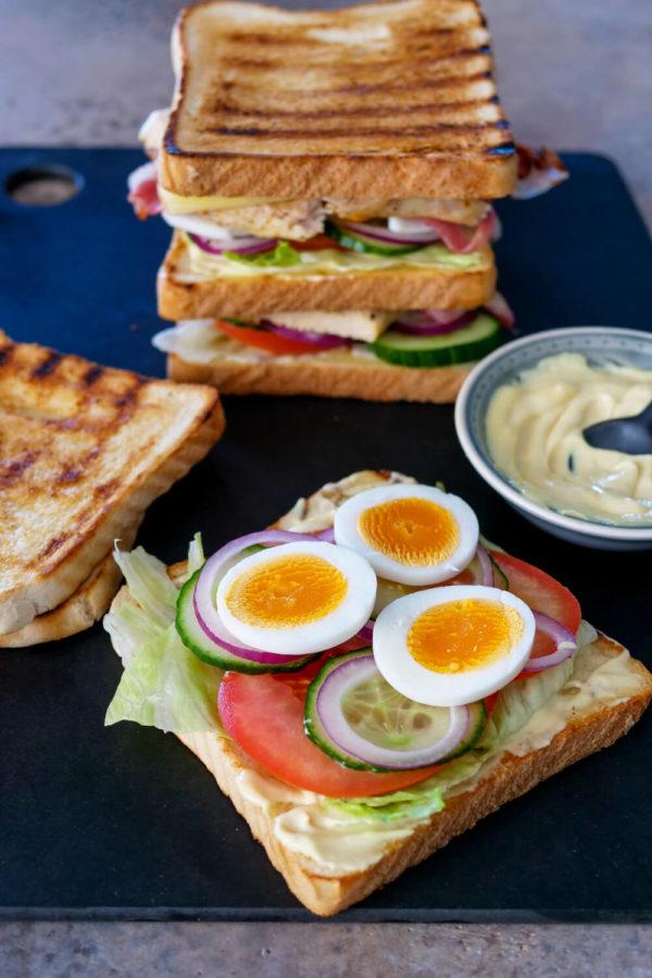 Einfaches Clubsandwich mit knackigem Salat, Pute und gebratenem Speck