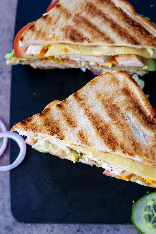 Gestapeltes Toast mit frischen Zutaten - ein einfaches Mittagessen für die Familie
