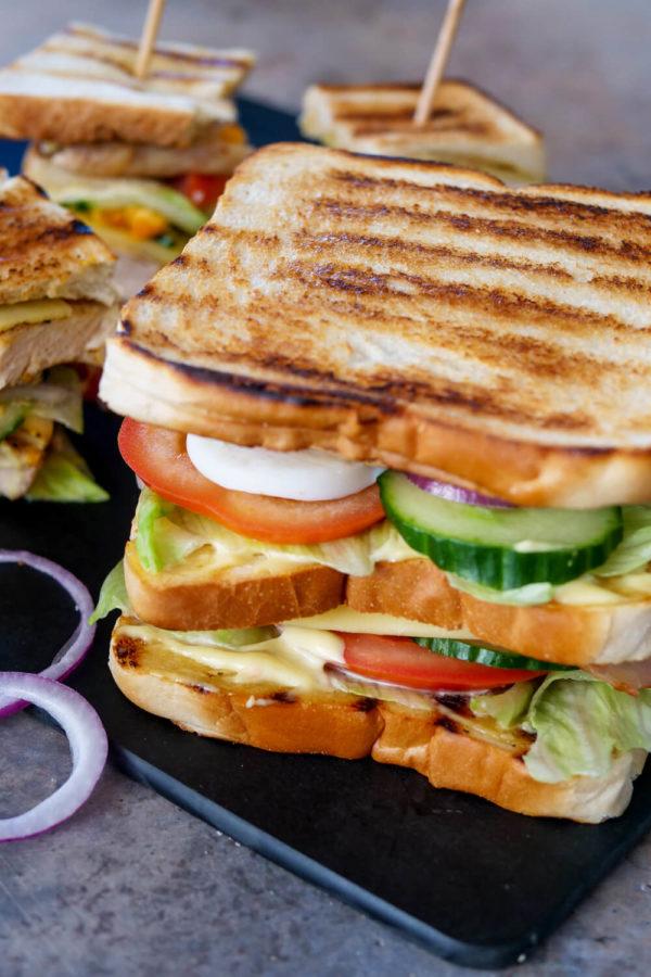 3-stöckiges Club Sandwich mit Putenbrustfilet, Speck und Mayonnaise Senf Soße - schnelles Mittagessen
