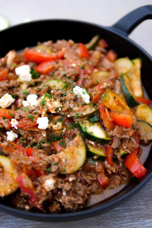 Wunderbar würzige Hackfleischpfanne mit Zucchini, Paprika und Feta