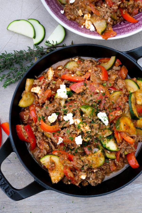 Hackfleisch-Gemüse-Pfanne mit Zucchini, Paprika und Thymian in der Staub Pfanne