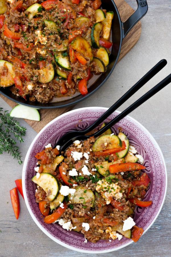 Schnelle Hack-Gemüse-Pfanne mit Zucchini und Paprika für das Low Carb Mittagessen