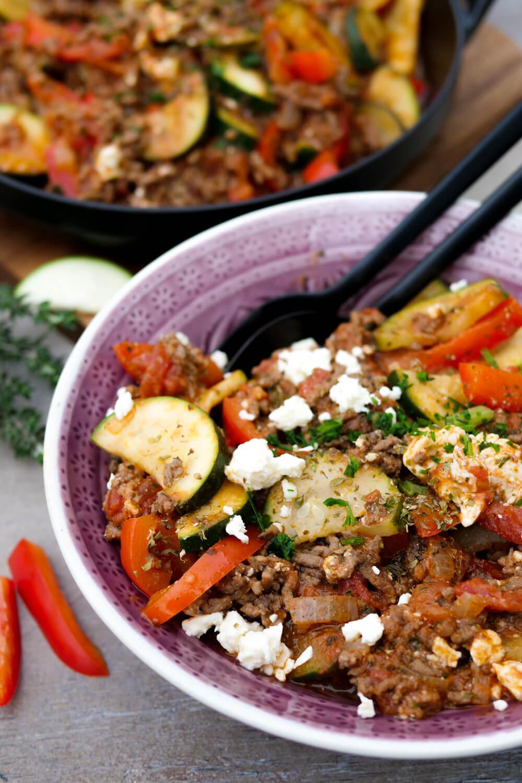 Low Carb Hackfleisch-Gemüse-Pfanne mit Paprika, Zucchini, Feta und Tomatensoße