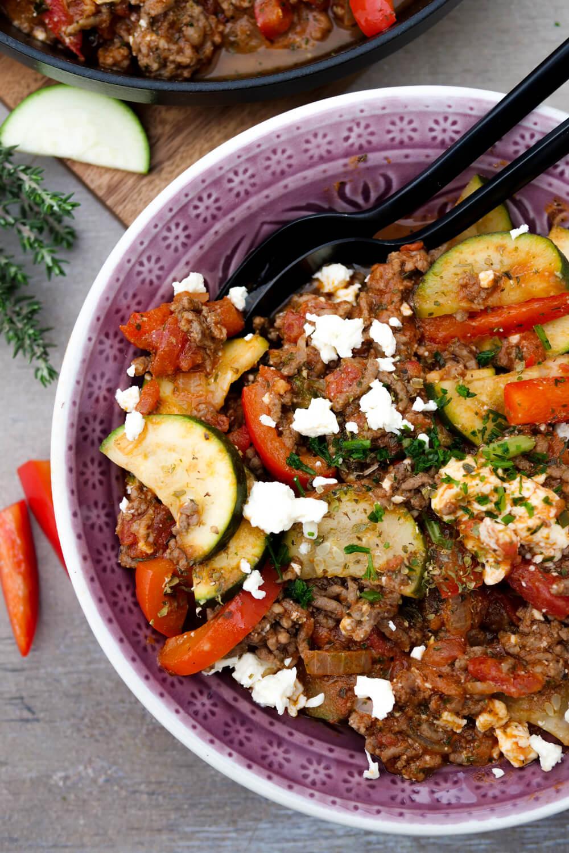 Low Carb Hackfleisch-Gemüse-Pfanne mit Zucchini, Paprika, Feta und Tomatensauce