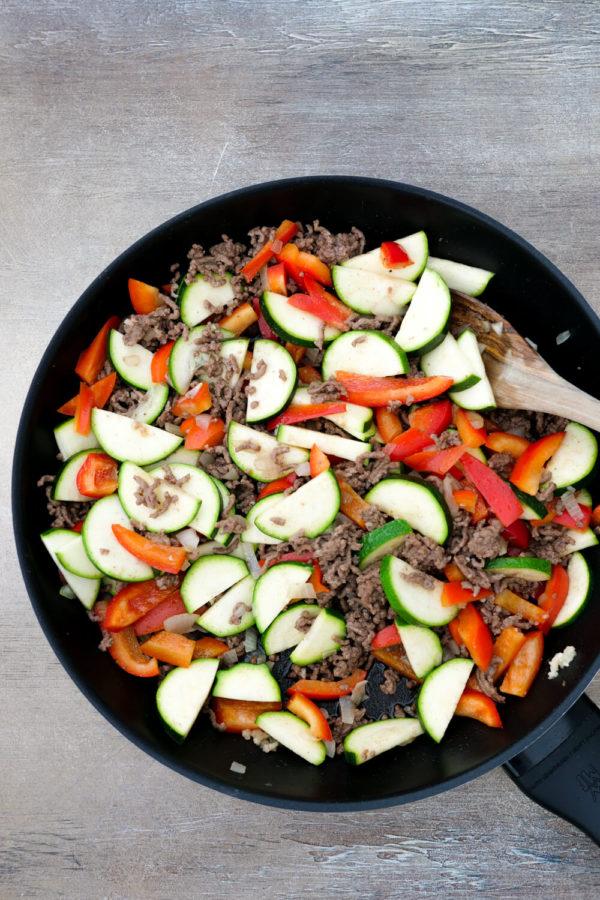 Pfannengericht mit Hackfleisch, Zucchini, Paprika und Feta