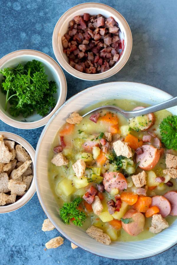 Einfache Kartoffelsuppe mit leckeren Toppings - Speckwürfel, Croûtons und Petersilie
