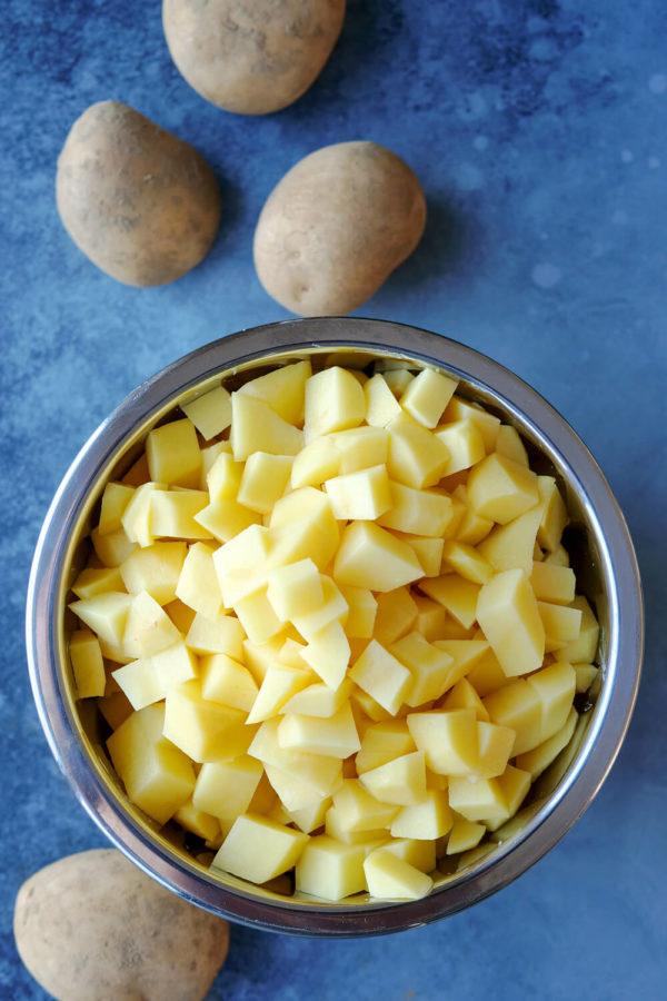 klein geschnittene festkochende Kartoffeln für eine einfache Kartoffelsuppe