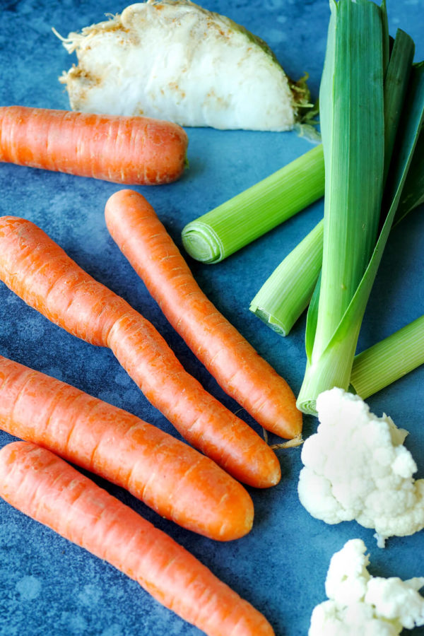 Suppengemüse (5 Möhren, 1 Stange Lauch, Knollensellerie, Blumenkohl)