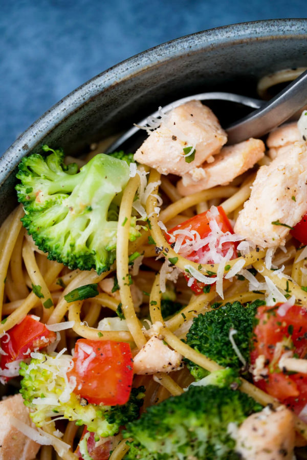 Spaghetti in Lachs-Sahne-Soße mit Brokkoli und Tomaten