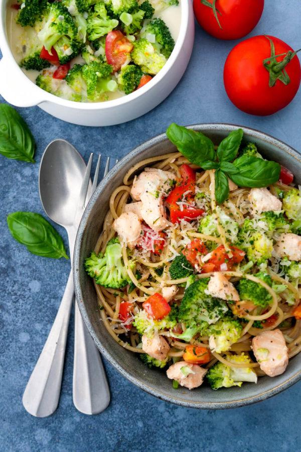 Gesundes Abendessen für die Familie: Nudeln mit Lachs, Brokkoli, Tomaten und Sahnesoße