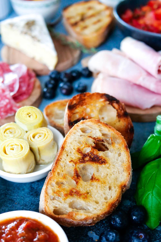 Herzhaftes Brunchbuffet mit gerösteten Toastscheiben und leckeren Toppings